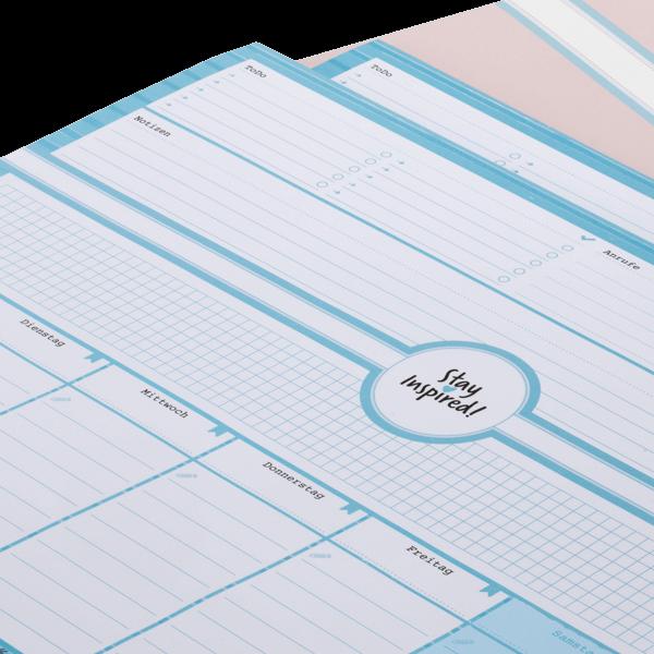 Nahaufnahme von blauer Schreibtischunterlage im DIN A3-Format