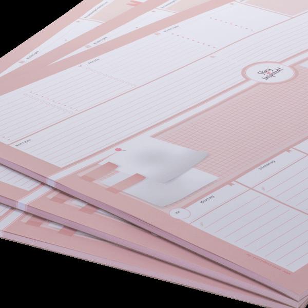 Nahaufnahme von rosa Schreibtischunterlage DIN A2