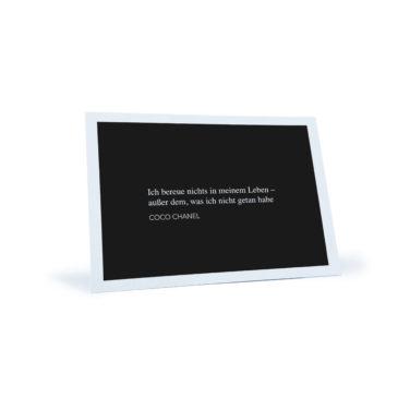 """schwarz/weiße Postkarte mit dem Zitat """"Ich bereue nichts in meinem Leben - außer dem, was ich nicht getan habe"""" von Coco Chanel"""