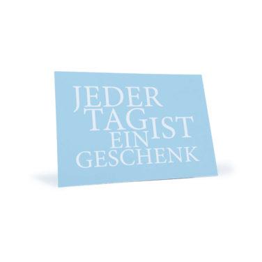 """blaue Postkarte mit dem Spruch """"Jeder Tag ist ein Geschenk"""""""