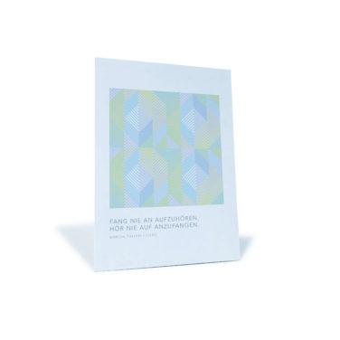 """Postkarte mit grafischem Muster und dem Zitat """"Fang nie an aufzuhören. Hör nie auf anzufangen"""" von Marcus Tullius Cicero"""