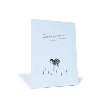 """Weiße Postkarte mit Schaf und Blumen und Zitat von Albert Einstein: """"Um ein tadelloses Mitglied einer Schafherde sein zu können, muss man vor allem ein Schaf sein"""""""