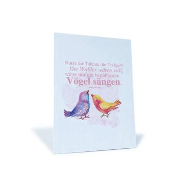 """weiße Postkarte mit zwei Vögeln und Herz und dem Spruch """"Nutze die Talente die Du hast! Die Wälder wären still, wenn nur die begabtesten Vögel sängen."""" von Henry van Dyke"""