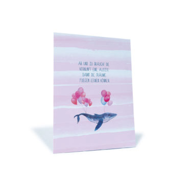 """rosa Postkarte mit einem Wal und Luftballons und dem Spruch """"Ab und zu braucht die Vernunft eine Auszeit, damit die Träume fliegen lernen können"""""""