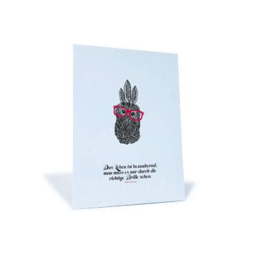 """Postkarte mit einer Eule und dem Spruch """"Das Leben ist bezaubernd, man muss es nur durch die richtige Brille sehen"""" von Alexandre Dumas."""