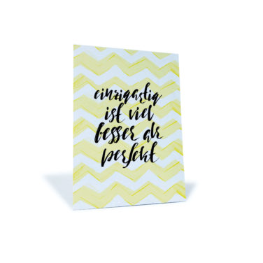 """Postkarte mit gelb/weißem Zickzack-Muster und dem Spruch """"einzigartig ist viel besser als perfekt"""""""