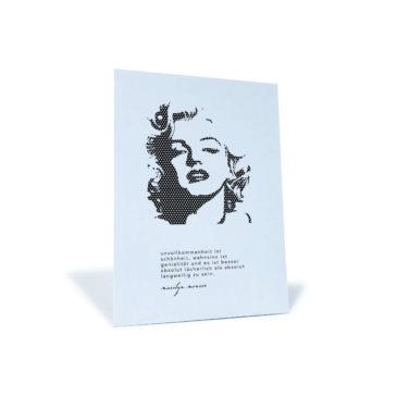"""schwarz-weiße Postkarte mit Marilyn Monroe-Motiv und dem Zitat """"Unvollkommenheit ist Schönheit, Wahnsinn ist Genialität..."""""""