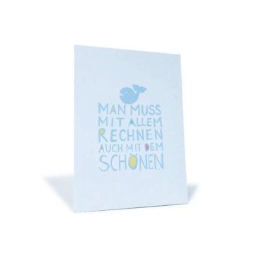 """weiß/blaue Postkarte mit Wal und dem Spruch """"Man muss mit allem rechnen, auch mit dem Schönen"""""""