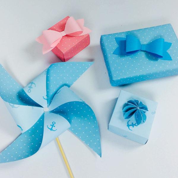 Windrad, Geschenk, Schachtel und Papierschleife in 3D in rosa und blau gepunktet
