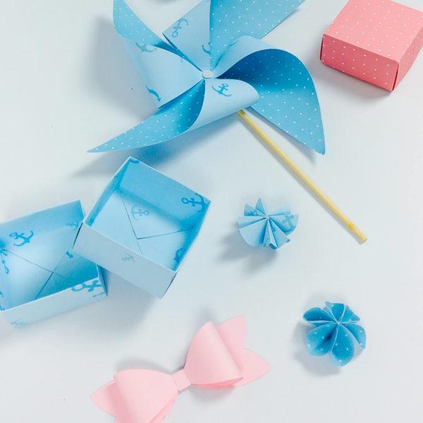 blaue und rosa Schachteln, Schleifen, Sterne und Windrad gebastelt aus doppelt-bedrucktem Bastelpapier