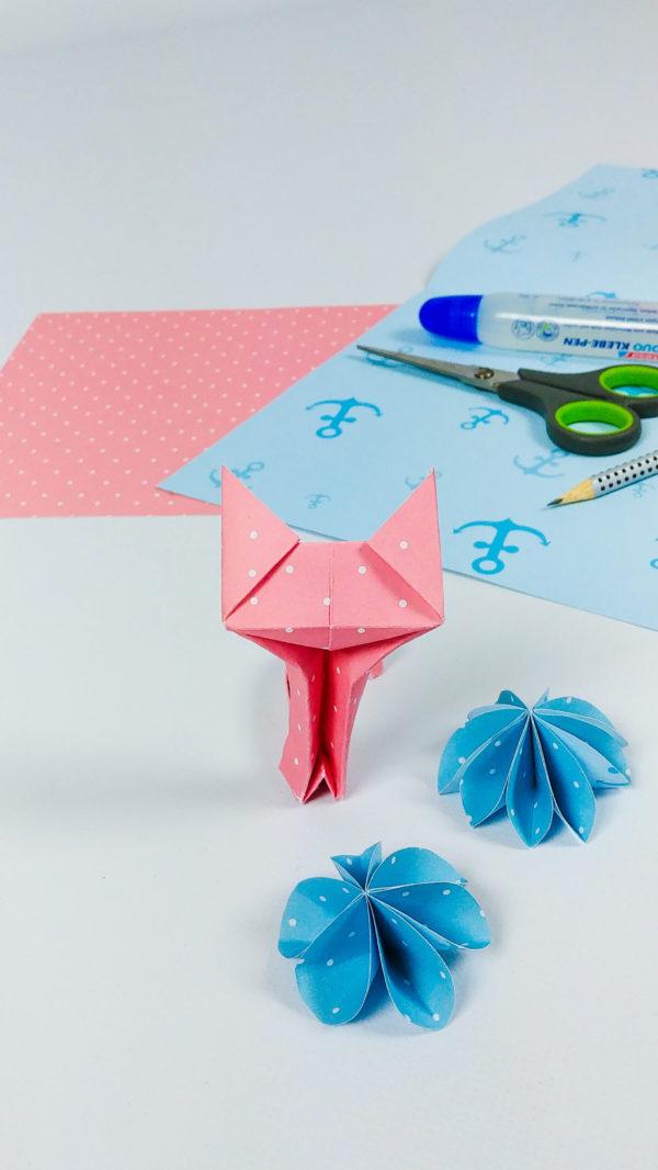 süße Katze aus rosa Bastelpapier und blaue Sterne