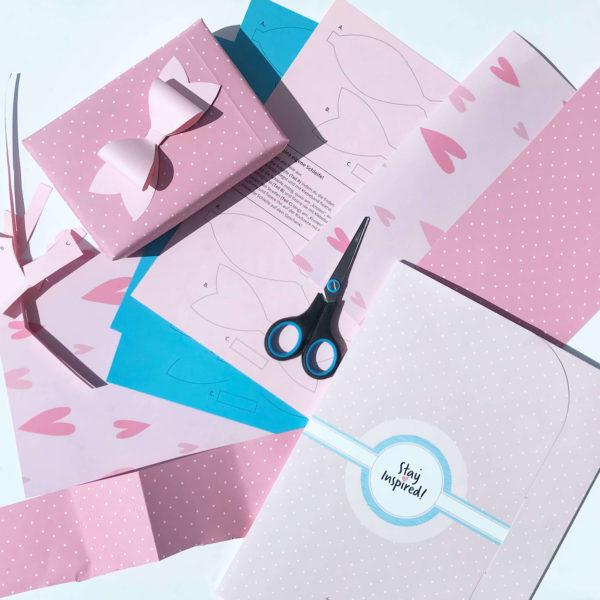 Übersicht des Bastelpapiers/Geschenkpapiers/Scrapbooking-Papiers mit Geschenkschachtel und Papierschleife