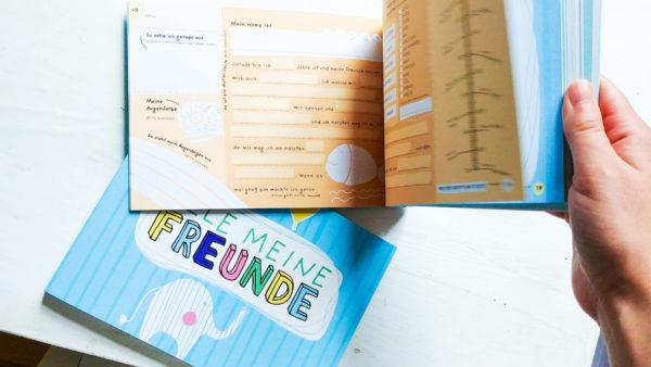 Freundebuch mit oranger Innenseite zum Ausfüllen