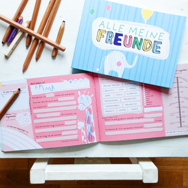 Freundebuch mit rosa Innenseite und Giraffe zum Ausfüllen