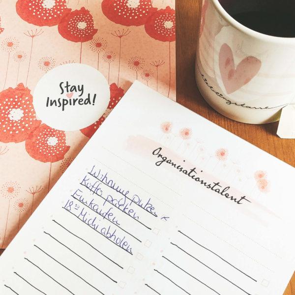 ToDo-Liste mit Mohnblumen auf der Rückseite und Kaffeetasse mit Herzmotiv