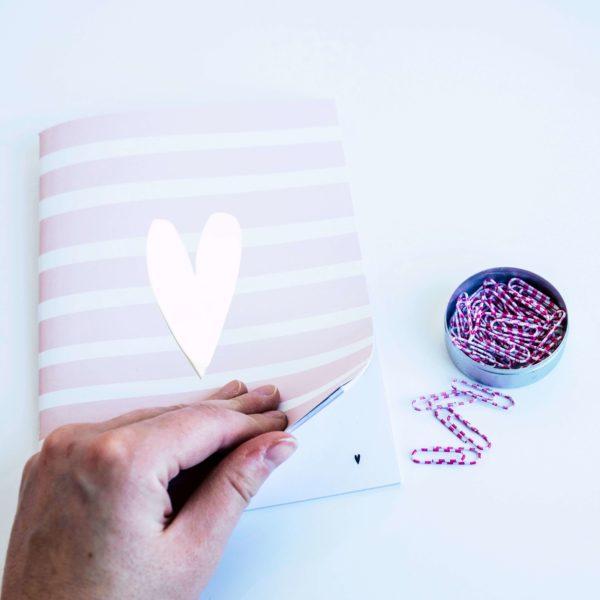 rosa Notizheft mit Herz-Design und blanko Innenseiten
