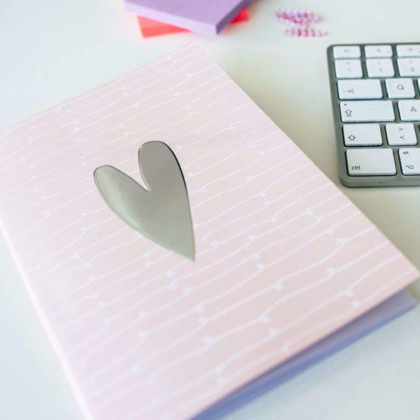 rosa Notizheft mit Herz-Design