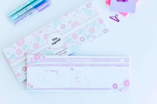 rosa Tischkalender mit Blumen, Post-its und bunten Stiften