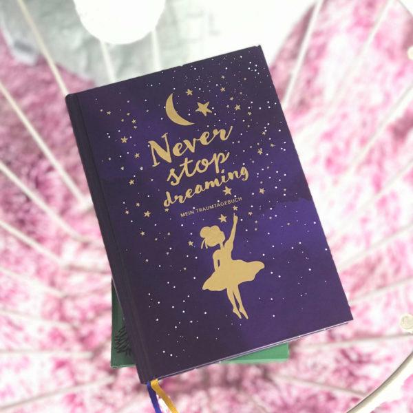 """nachtblaues Traumtagebuch mit goldenen Akzenten am Cover """"Never stop dreaming"""""""