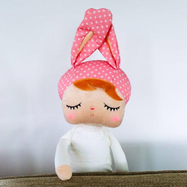 """Hasenmädchen, Hasenpuppe """"Angela"""" von metoo mit weißem Kleid und rosa Mütze"""