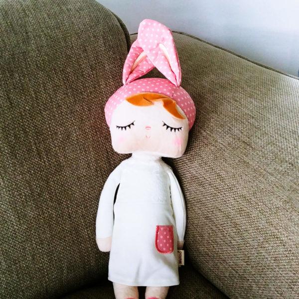 """Hasenmädchen, Hasenpuppe """"Angela"""" mit schlafenden Augen von metoo mit weißem Kleid und rosa Mütze"""