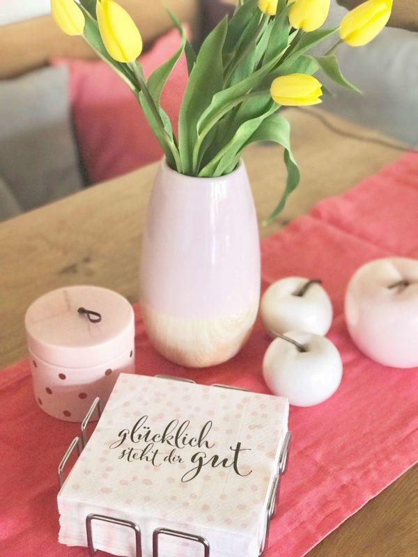 rosa gepunktete Servietten als Tischdeko